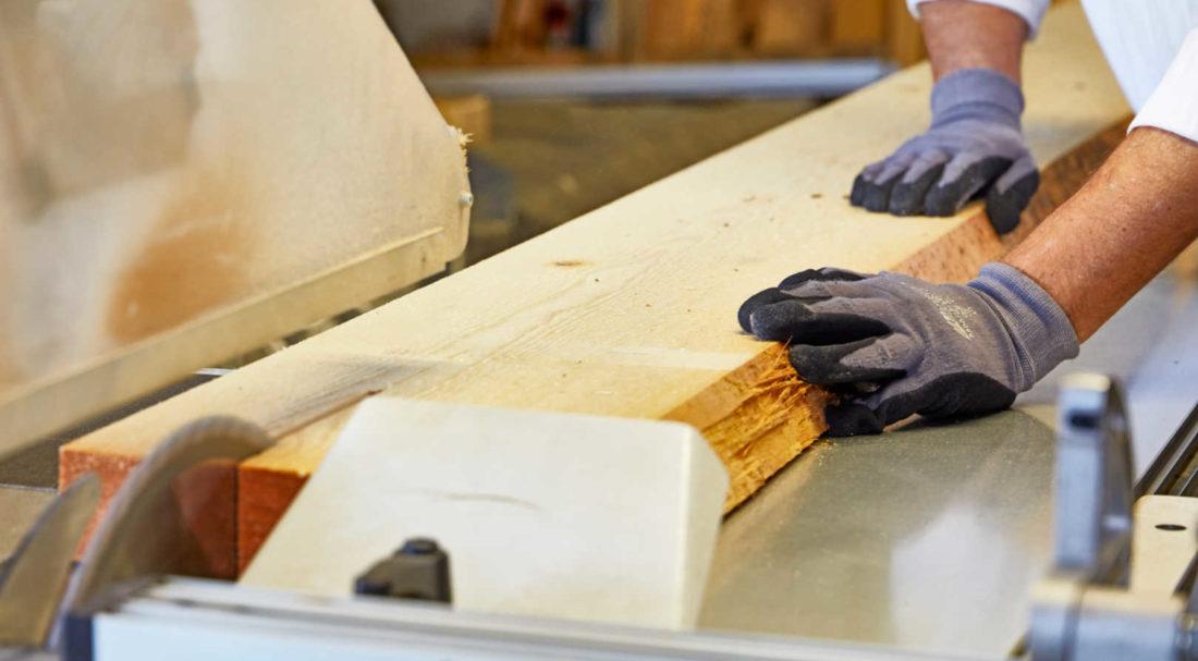 Passend wird das Holz zu geschnitten