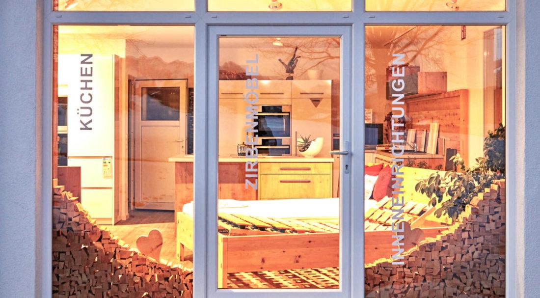Ein Blick durchs Schaufenster in die Ausstellung im Erdgeschoss