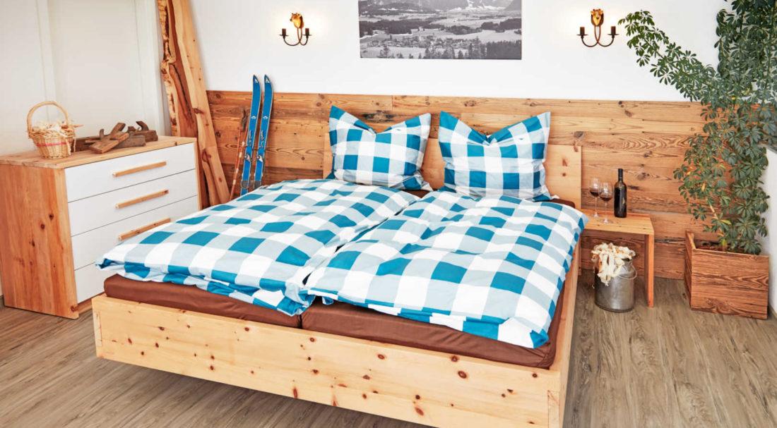 Zirbenbett mit Nachttisch