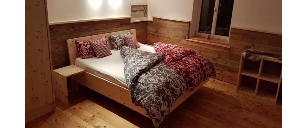 Zirbenschlafzimmer mit Altholzwandverkleidung